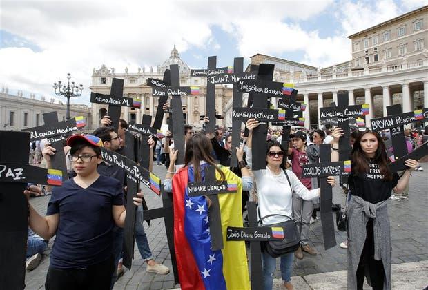 Venezolanos protestan en el Vaticano, recordando a las víctimas
