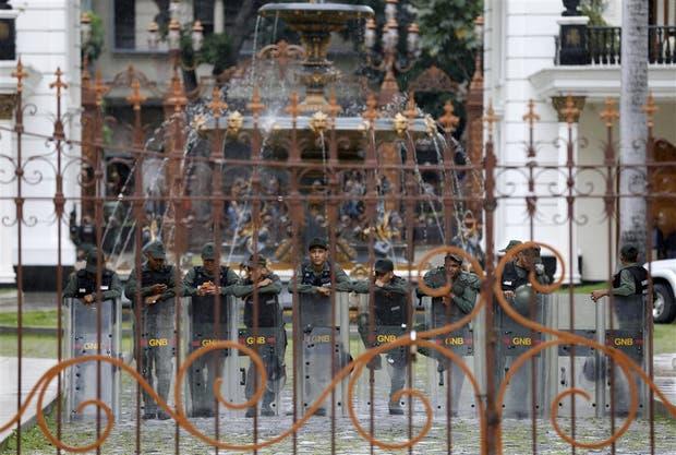 La Guardia Nacional custodiaba ayer los accesos de la Asamblea Nacional