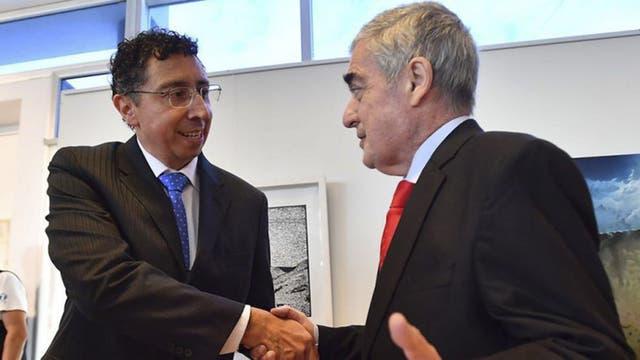 El juez Guillermo Gustavo Lleral (izquierda) junto al gobernador de Chubut, el 2 de noviembre del año pasado cuando juró como magistrado