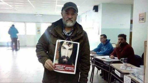Sergio Maldonado fue a votar con la foto de su hermano Santiago en reclamo de justicia