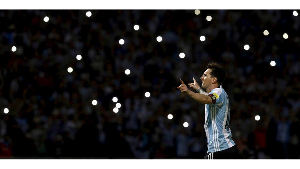 Lionel Messi festeja un gol contra Bolivia durante un partido por eliminatorias Rusia 2018. Córdoba, marzo 2016 . Foto: Enrique Marcarian