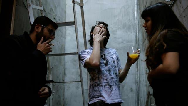Aash Anand de 26 años, un ingeniero de software,Zander Dejah e Isha Padhye durante un descanso fuera de la casa de Negev tecnología