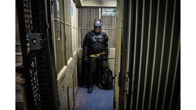 Batman tomando el ascensor en el hospital