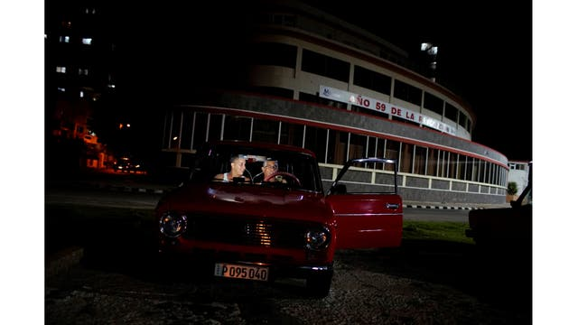 La gente hace una video llamada dentro de un automóvil en un punto de acceso a Internet en La Habana
