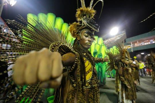 Ronda final de extravagantes desfiles del Carnaval la noche del lunes en Río de Janeiro. Foto: AP