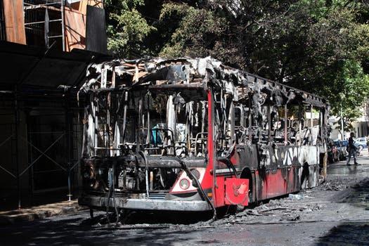 Un colectivo de pasajeros se incendió hoy en el barrio porteño de Belgrano. Foto: LA NACION / Guadalupe Aizaga