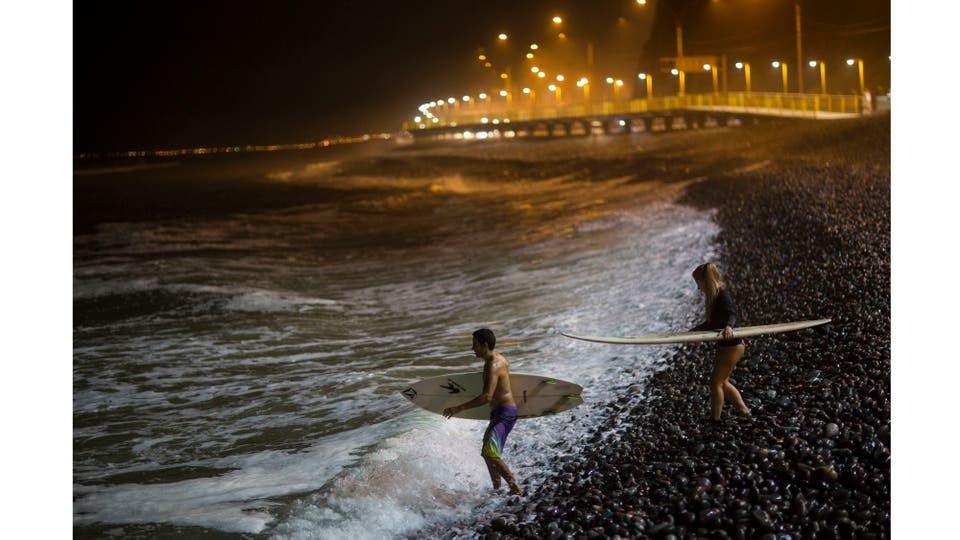 La luz llega a unos 200 metros adentro del mar lo que permite practicar éste deporte por la noche. Foto: AP / Rodrigo Abd