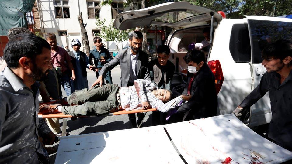 Un herido es subido a un vehículo ´para ser llevado al hospital. Foto: Reuters