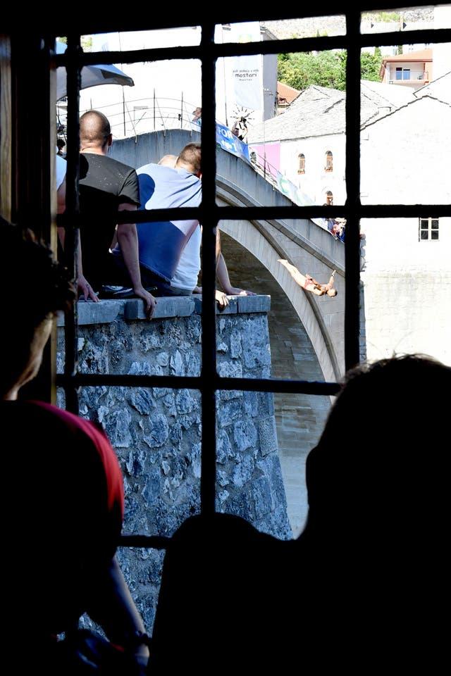 Los competidores saltando desde el Puente Viejo en Mostar
