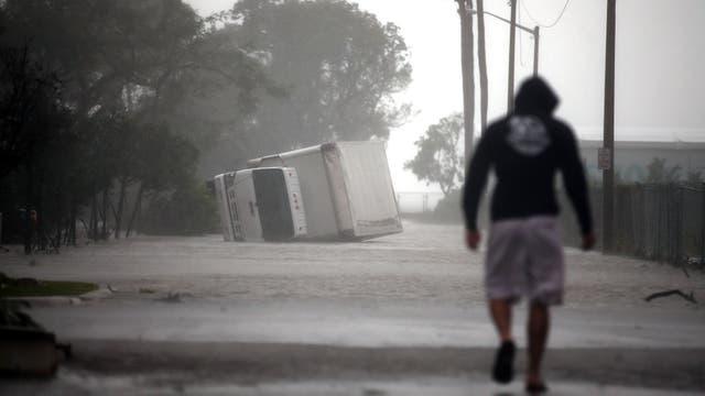 En Miami un camión volcó a causa de la tormenta