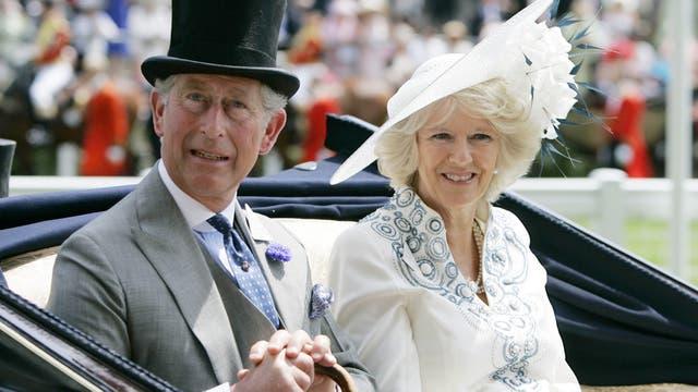 El príncipe Carlos y la duquesa de Cornualles llegan en carruaje el primer día de la competencia anual de carreras de caballos de Royal Ascot en Ascot, Inglaterra, el martes 19 de junio de 2007