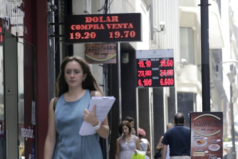 En varias casas de cambio del microcentro el dólar alcanzó ayer un pico de $19.70