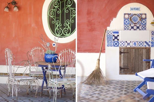 Las sillas de hierro blancas aumentan su encanto con el paso del tiempo y el óxido, muy cerca de la reja de hierro verde, cuyos dibujos fueron reconstruidos por un herrero de Lobos.