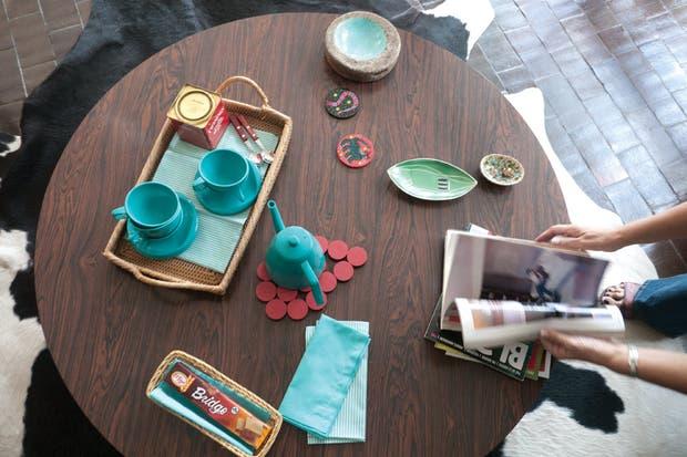 Desde el juego de té escandinavo de melamina turquesa (Olika) hasta las sillas del living del danés Hans Wegner (Walmer), cada detalle fue evaluado y aprobado en conjunto.