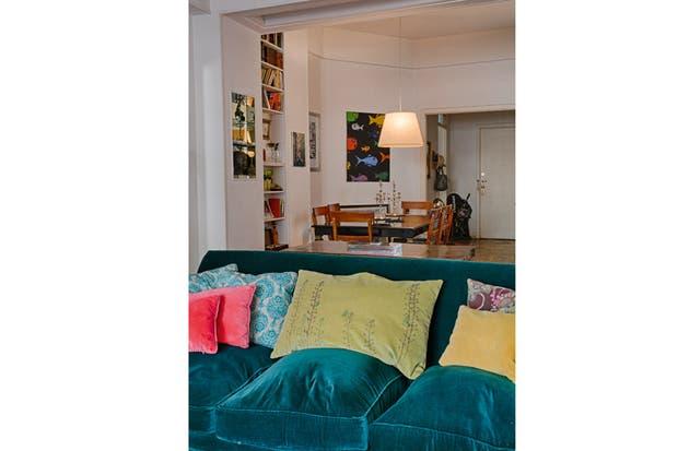 El gran sillón tapizado en pana es un préstamo de mi suegro, y espero siga siéndolo por mucho tiempo..