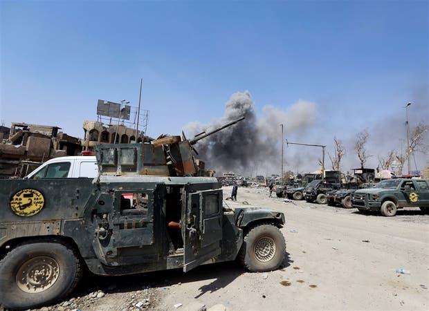 Columnas de humo se ven sobre la Ciudad Vieja de Mosul luego de fuertes combates