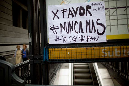 Plaza de Mayo colmada de manifestantes. Foto: AP
