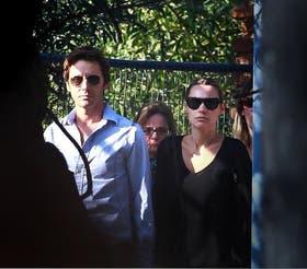 Vicuña y Pampita, ayer por la tarde, al llegar al velatorio de su hija
