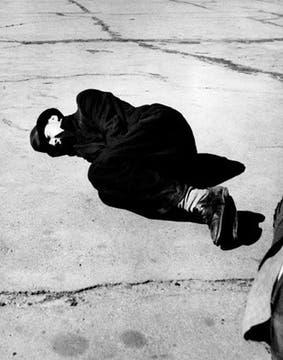 Un hombre tirado en la calle Howard, en San Francisco. Foto: Dorothea Lange