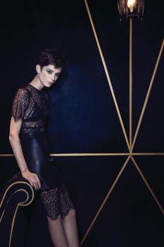Vestido de encaje ($ 1390, Complot), corpiño con transparencias y encaje (Caro Cuore), falda de cuero ($ 11.500, Etiqueta Negra), aros con strass (Kallalith) . Foto: Lucía Uriburu