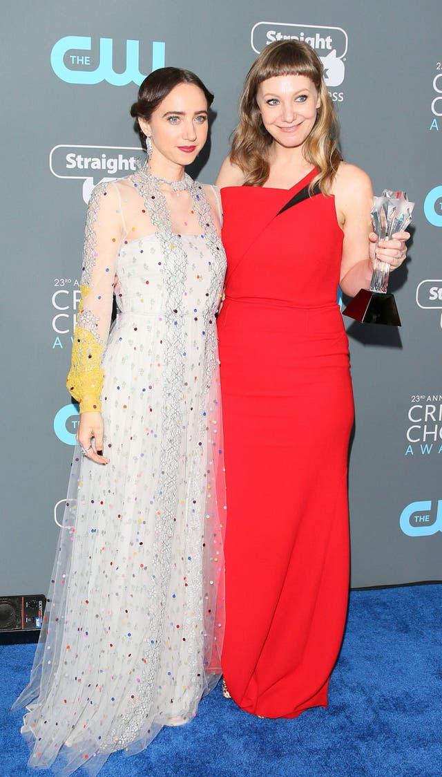 Zoe Kazan con un Valentino con transparencias y piedras bordadas; y la guionista Emily V. Gordon, rojo shocking