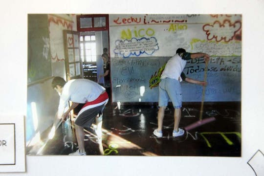 Luego de la masacre, los alumnos pintaron graffitis en las paredes del aula. Foto: LA NACION / Matías Aimar