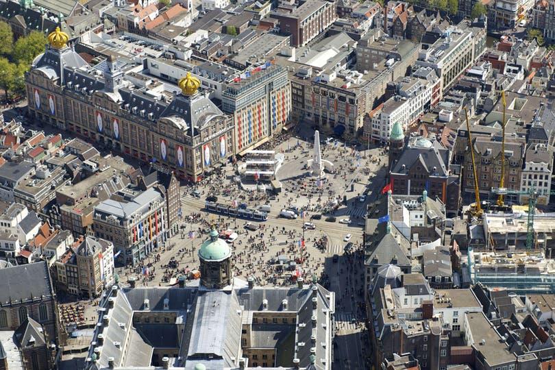 A pocas horas de la entronización del príncipe y su esposa argentina, las calles de Holanda se llenan de souvenirs en homenaje a los nuevos reyes. Foto: AFP