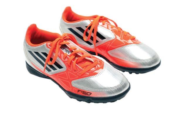 Botines flúo (Adidas, $529).