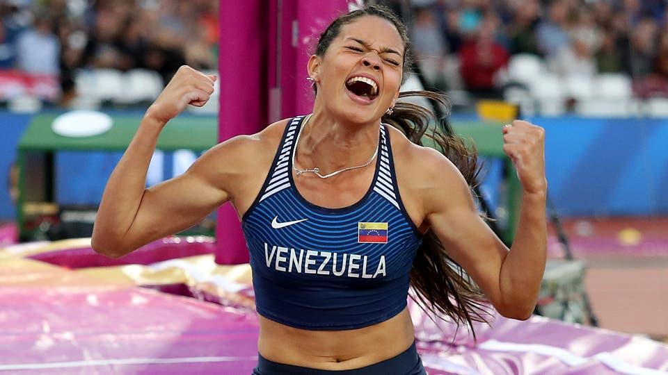 La venezolana Roibelys Peinado festeja tras conquistar el 06/08/2017 el bronce de la final de garrocha. Foto: Reuters