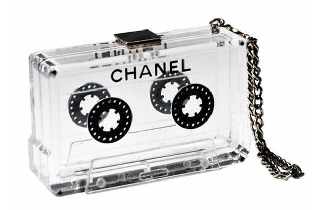 Una carterita de mano con forma de cassette es muy chic .