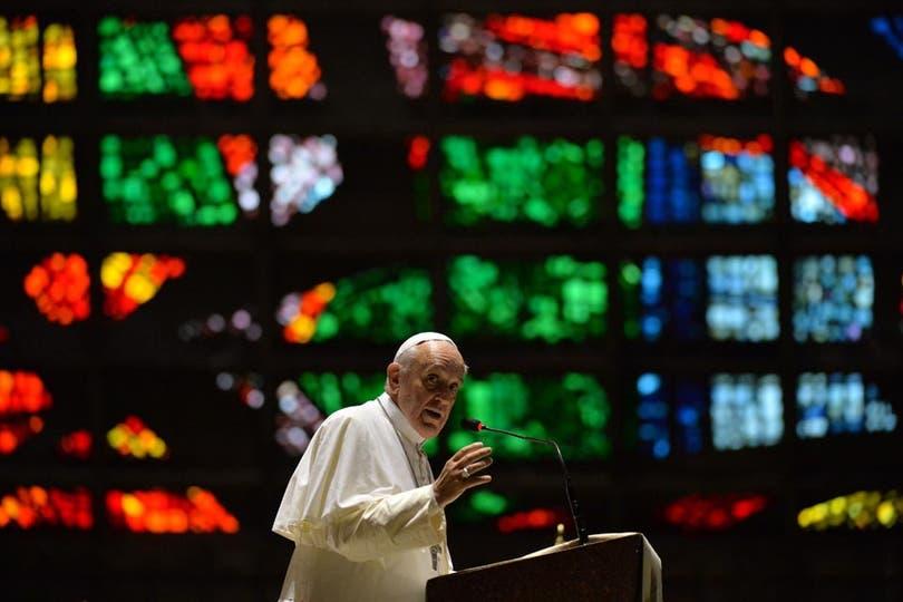 """""""No se dejen excluir y no excluyan a los ancianos. Cuiden los dos extremos de la vida, de la historia de los pueblos"""", apuntó Bergoglio. Foto: AFP"""