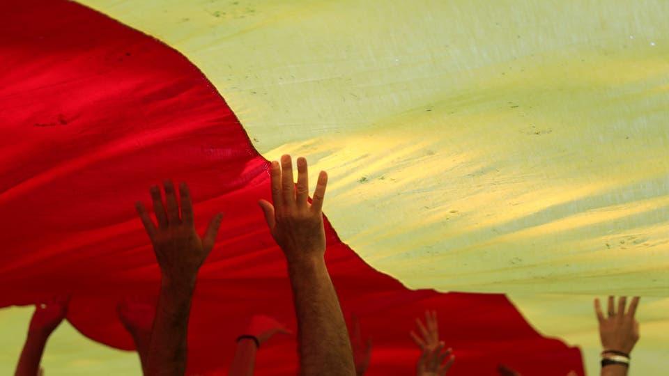 Los manifestantes llevaron a lo largo de su camino enormes banderas y carteles. Foto: Reuters
