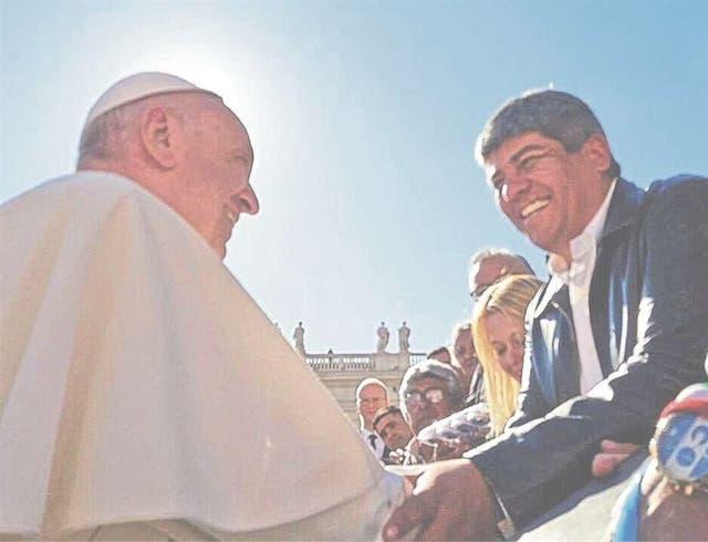 El papa Francisco saludó a Pablo Moyano en la Plaza San Pedro, el miércoles pasado