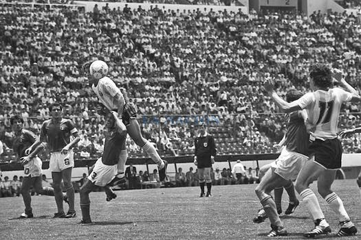 Ruggeri le gana arriba a Antonio Cabrini; observan Salvatore Bagni, Gaetano Scirea y Valdano. Foto: LA NACION / Antonio Montano