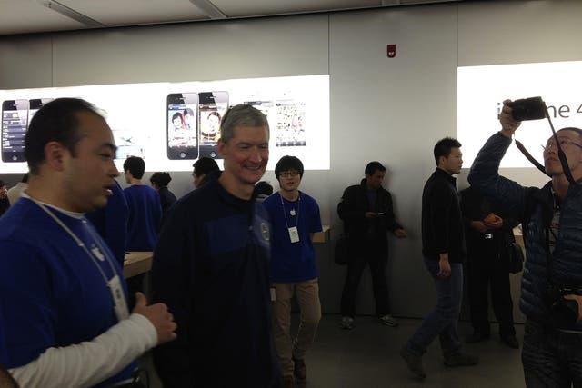 Tim Cook, CEO de Apple, visita una de las tiendas de Apple en Beijing, China. El ejecutivo se reunió con funcionarios del gobierno con el objetivo de destrabar los conflictos que tiene la firma en el gigantesco mercado asiático