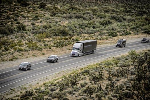 El camión autónomo mantendrá una velocidad constante a una distancia prudencial de otros vehículos, y no se adelantará en la ruta. Foto: Gentileza Daimler