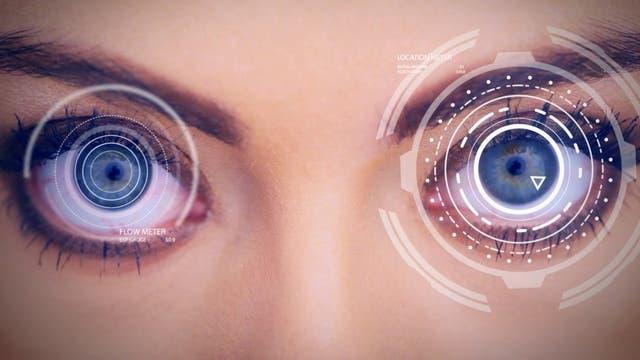 El dispositivo Tobii Eye Tracker monitorea el movimiento de los ojos y envía las órdenes a Eye Control de Windows 10