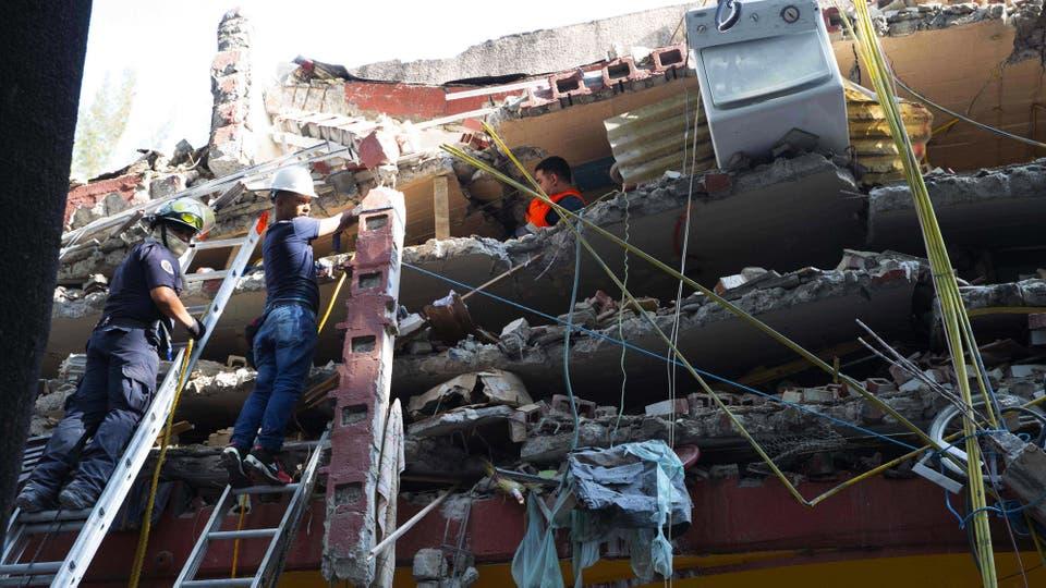 Cientos de rescatistas, más de 3600 militares y numerosos civiles voluntarios retiraban escombros con sus manos en edificios colapsados, sobre todo viviendas. Foto: AFP