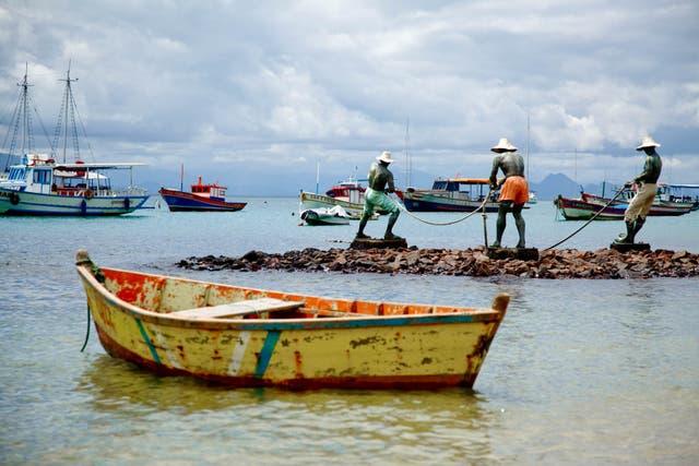 Pescadores inmortalizado a orillas del mar en Búzios