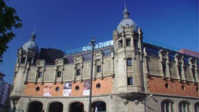 La Alhóndiga, el antiguo almacén de vinos que Philippe Starck convirtió en centro cultural