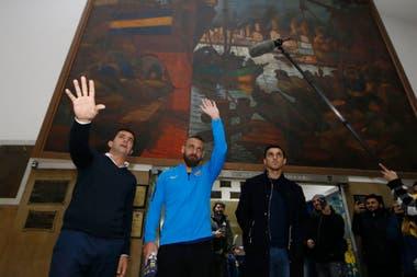 El excapitán de Roma saluda en el hall de entrada de Branden 805, delante de uno de los cuadros de Benito Quinquela Martín.
