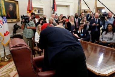 El rapero, con la gorra puesta de la campaña presidencial, culminó abrazando a Trump