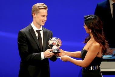 El holandés Frankie De Jong, elegido mejor mediocampista de la temporada pasada de la Champions.
