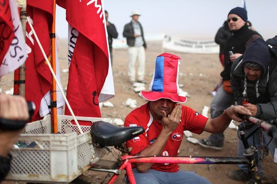 Emoción y lágrimas invadieron las primeras horas de la mañana en la mina San José. Foto: LA NACION / Aníbal Greco