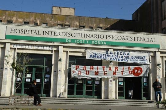 La puerta del Borda, con carteles de protesta. Foto: lanacion.com / Guadalupe Aizaga
