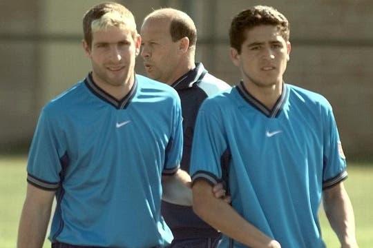 Casi como un padre, Palermo lo toma del brazo a un Riquelme muy joven, en 1998.
