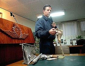 El mayor Luis Estrella muestra algunos de los objetos del avión al revelar los resultados del peritaje