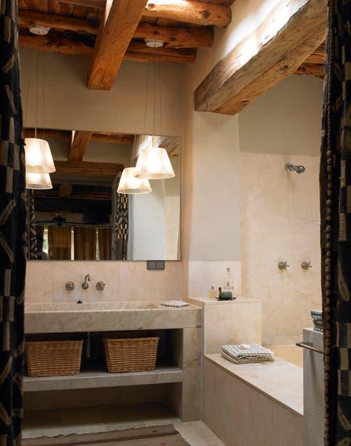 Los materiales nobles, cuero, piedras y maderas, dan el toque de calidez a la casa..