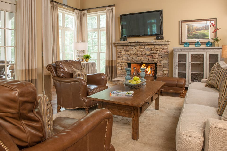 Refugio ideal: el relax está asegurado en esta habitación de aire formal y masculino donde se destacan los sillones clásicos en cuero color habano.