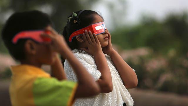 Los astrónomos repartieron gafas para observar el fenómeno e hicieron experimentos sobre cambios de luz y temperatura. Foto: AP